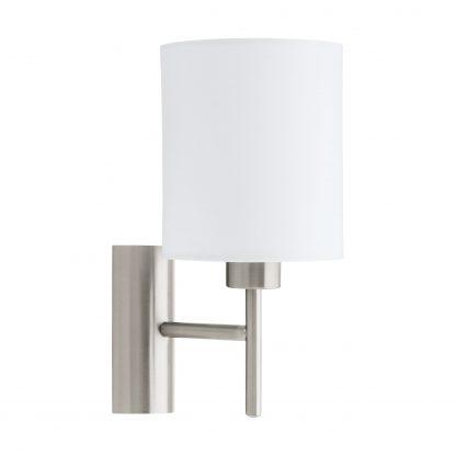 Lámpara pared en metal acerado con pantalla cilíndrica blanca. Tiene interruptor basculante en la parte inferior